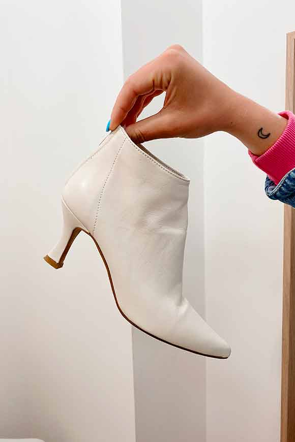 Ovyé - Ivory leather ankle boot