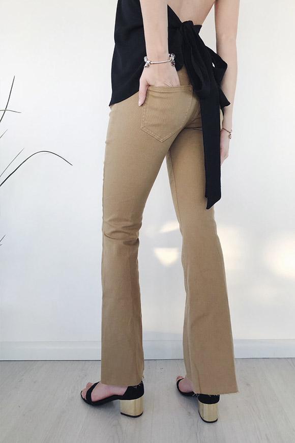 de0b97ceb7dd0a BSB Pantaloni neri morbidi con rouche laterali. 75,00 € - 45,00 € · Vicolo  - Jeans beige a zampa Vicolo - Jeans beige a zampa