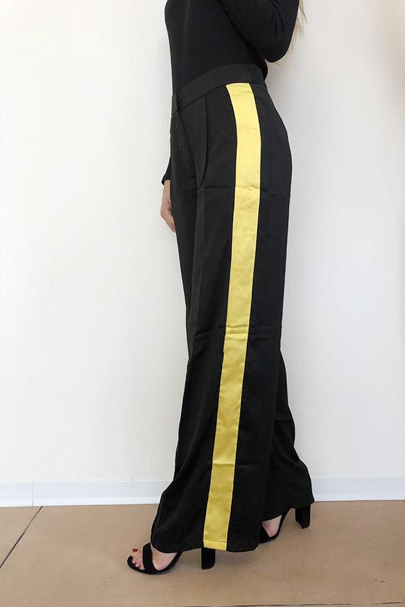 miglior sito web f477f bb4e5 Pantaloni a palazzo neri con bande gialle
