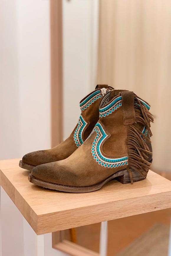 Ovyé - Brown Texans with blue embroidery and fringes