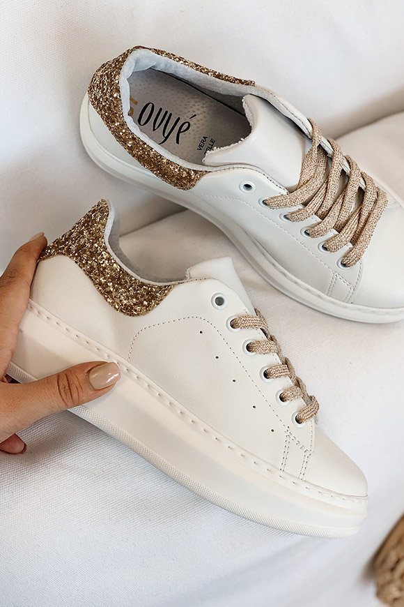 Ovyé - White sneakers with gold glitter heel