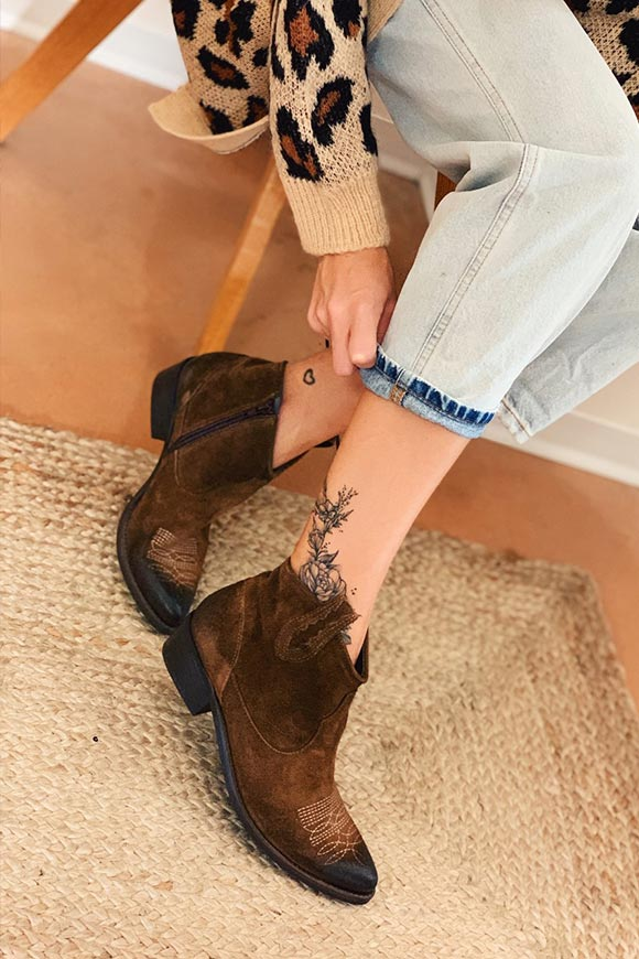 Ovyé - Low brown Texan ankle boots in suede