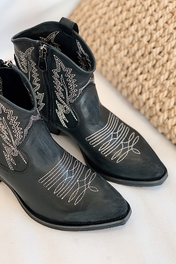 Ovyé - Black cowboy boots with white stitching
