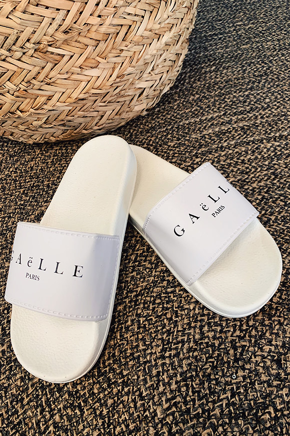 Gaelle - White slippers with band