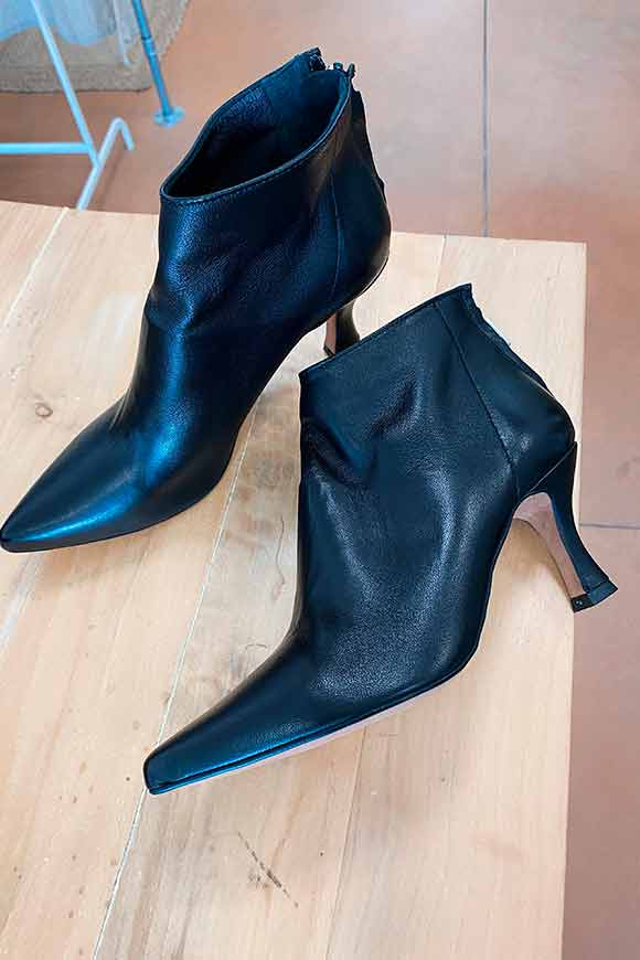 Ovyé - Black leather ankle boot