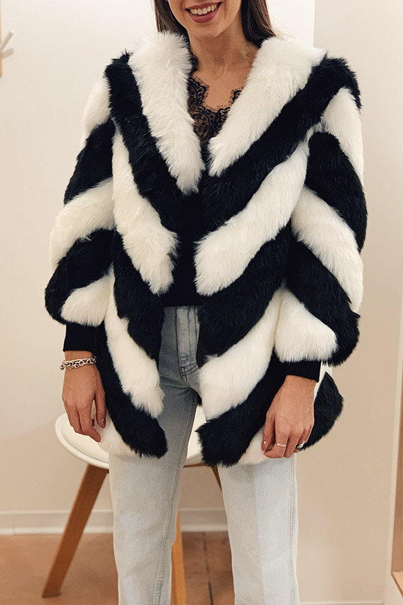 Le Voliere - Ottawa black and white fur