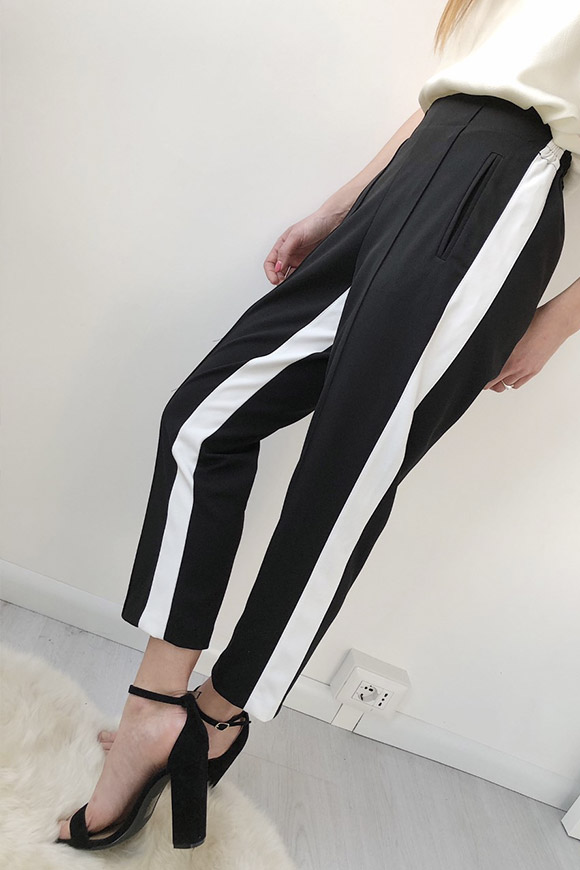Vicolo - Cigarette pants with black and white stripes