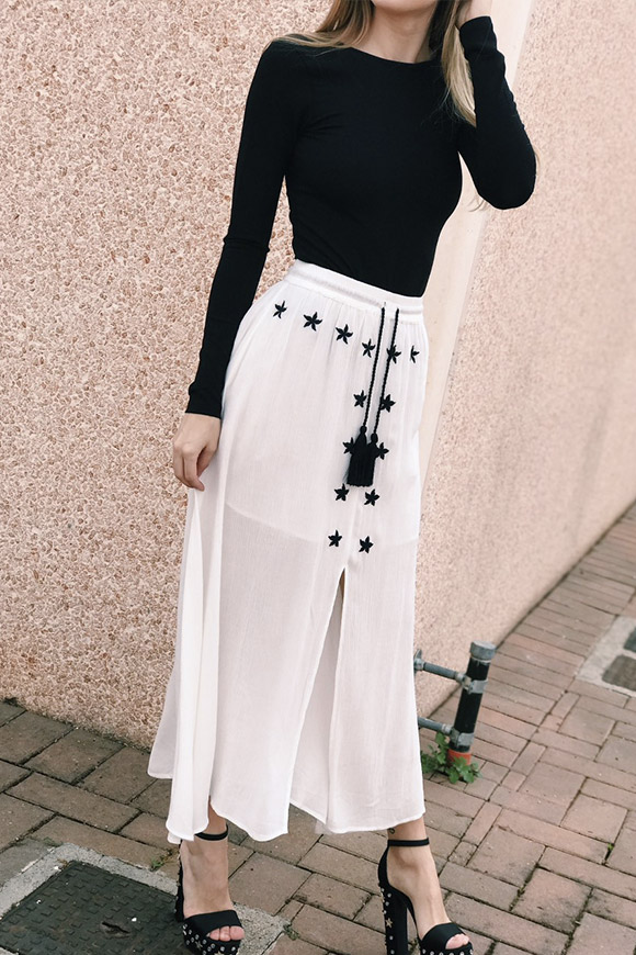 Glamorous - Long white skirt with black embroidery and tassels