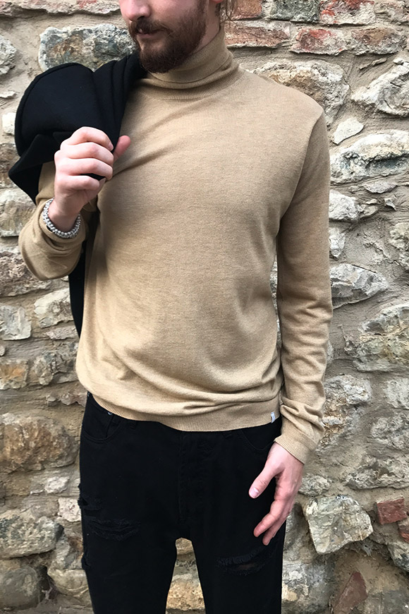 Minimum - Camel turtleneck sweater