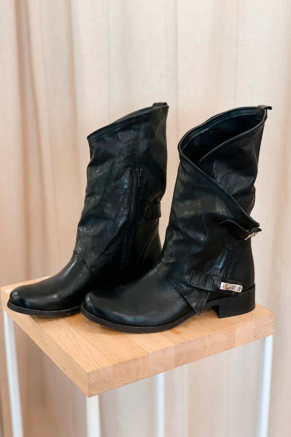 Ovyé - Black asymmetrical boots with buckles