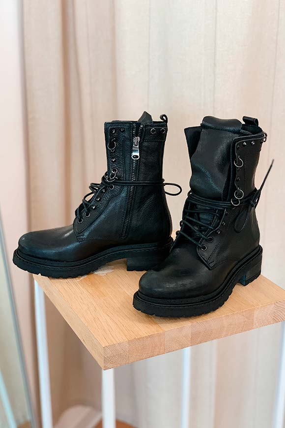 Ovyé - Black amphibious boots with studs